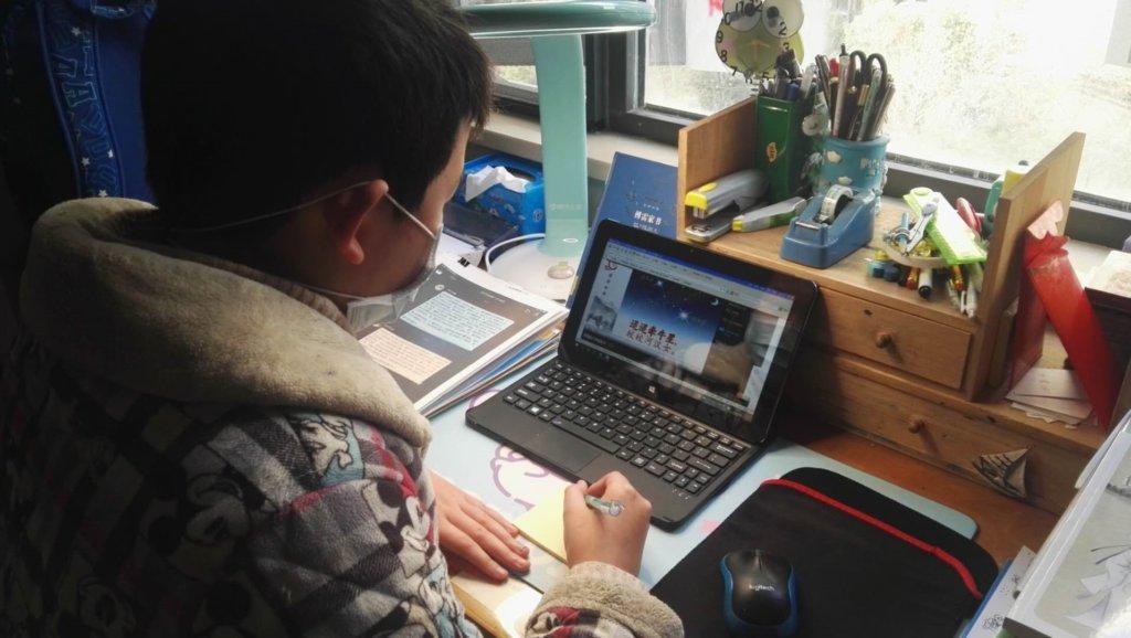 """90万学生集体登录在线课堂   武汉""""开学第一课"""" 顺利开课-黑板洞察"""
