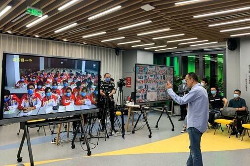 俞敏洪开讲5G乡村教育第一课 新东方携手中兴、中移动开启教育公益新时代-黑板洞察