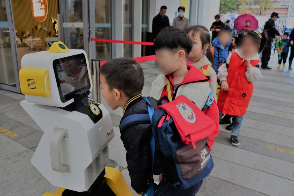 钉钉推出幼儿园晨检机器人 AI技术3秒完成20项异常体征检测-黑板洞察