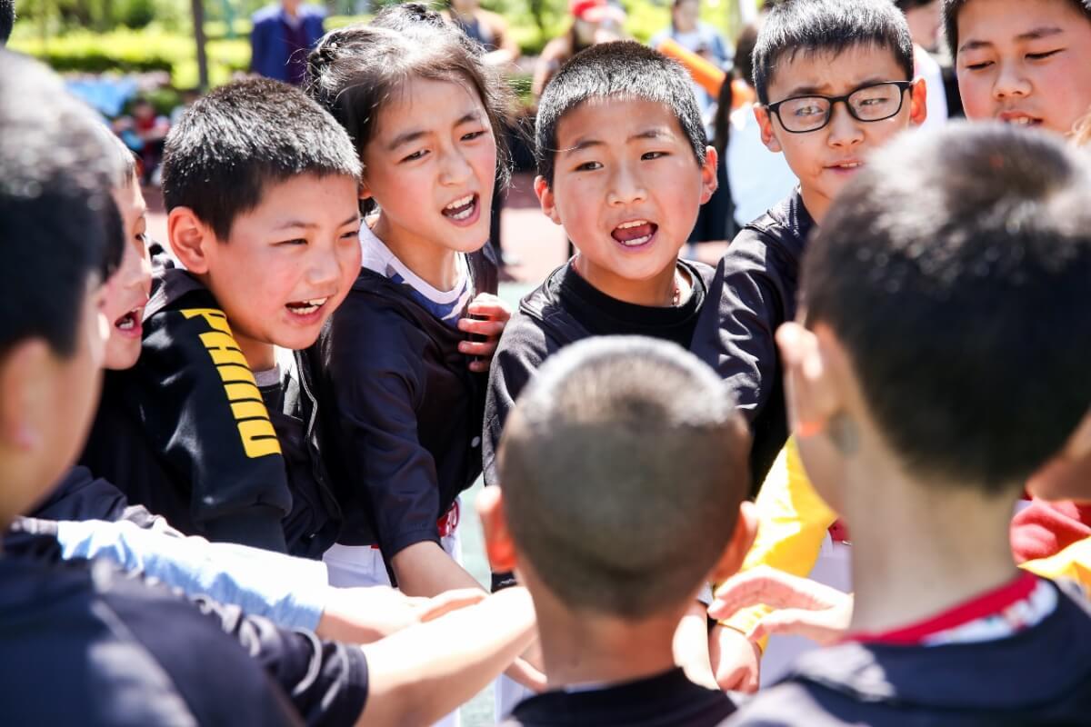 阿里敲钟女孩:在昔日震区小学建留守儿童棒球队-黑板洞察